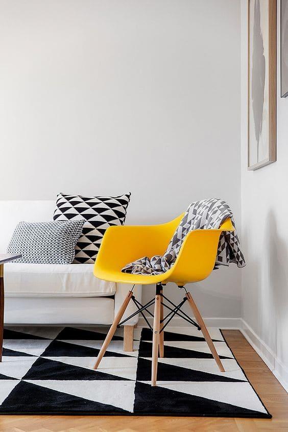 Salon épuré avec canapé blanc et chaise eames jaune - Photos de ...