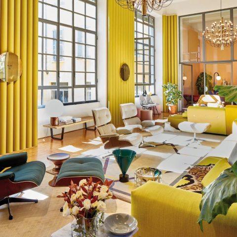 Aménagement de salon des canapés jaunes et des fauteuils verts