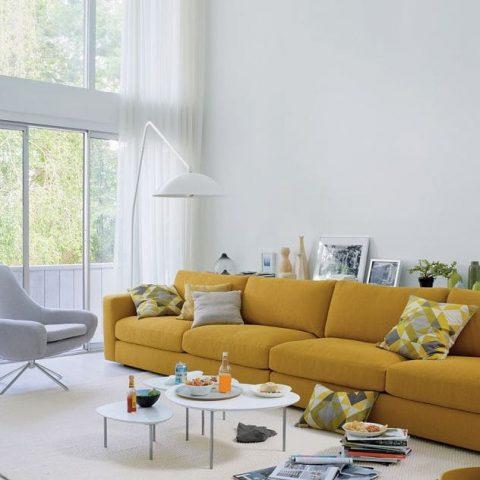 Salon de loft avec verrière et canapé jaune