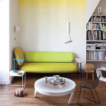 banquette jaune fluo dans petit salon