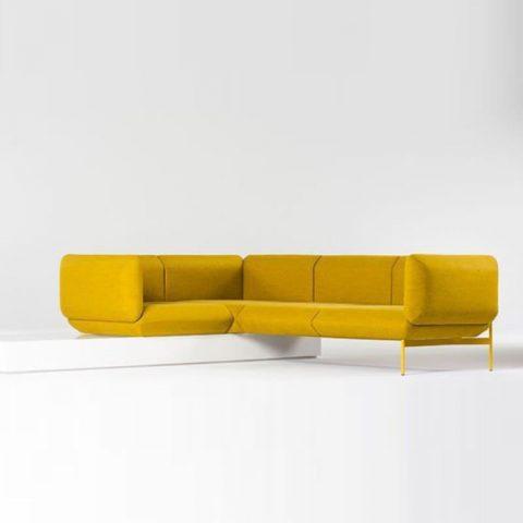 grand canapé jaune d'angle avec structure metalique