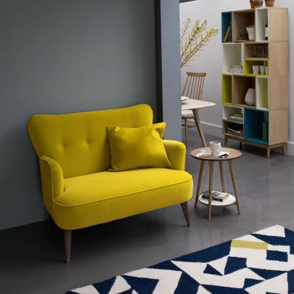 petit canapé jaune dans salon