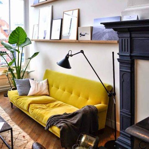 salon décoratif avec canapé à oreille jaune chic
