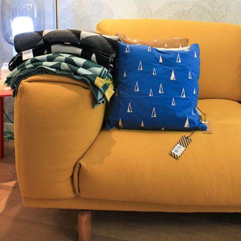 canapé jaune avec coussins