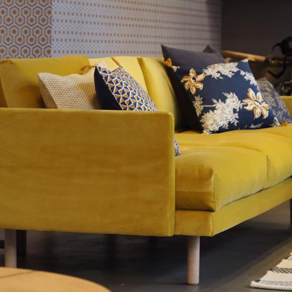 d coration tendance avec canap jaune moutarde en velours et coussins g om triques et pieds bois. Black Bedroom Furniture Sets. Home Design Ideas