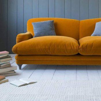 murs en bois bleu marins et parquet clair dans salon avec canapé jaune