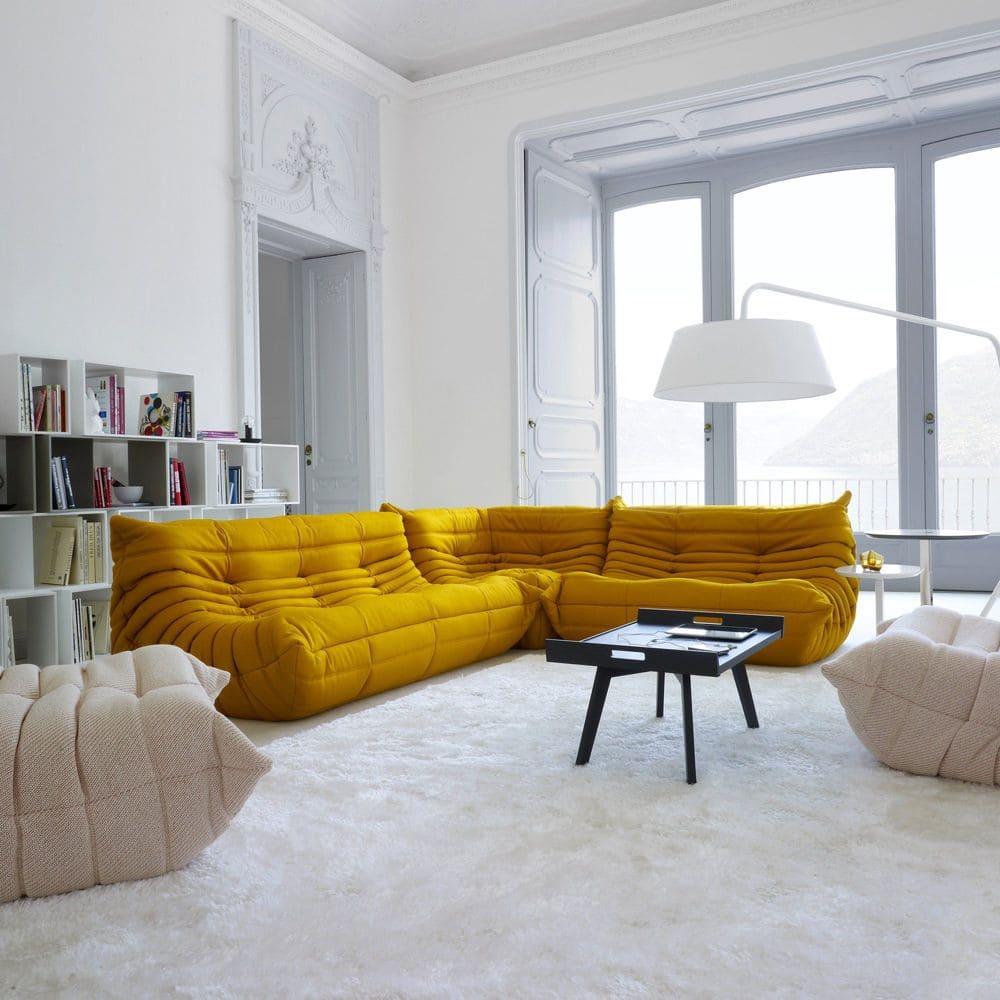 Canapé TOGO Jaune Ligne Roset dans salon chic