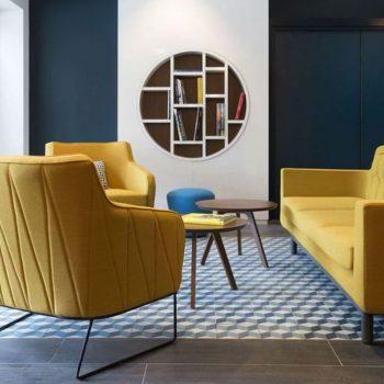 salon moderne et contemporain avec fauteuils et canapé jaune