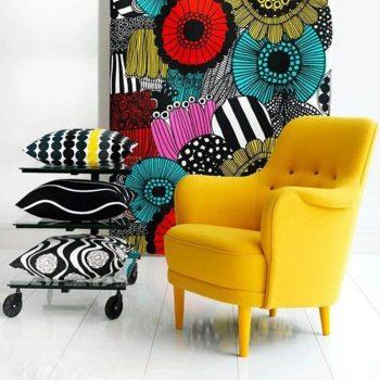 fauteuil jaune chic avec décoration murale