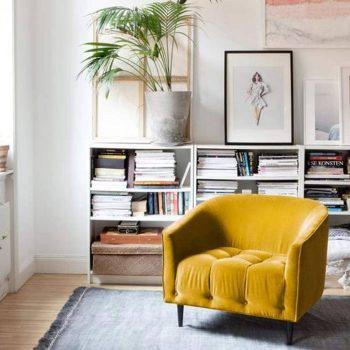salon nordique avec fauteuil jaune en tissu