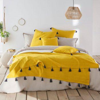 Housse de coussin ou oreiller a pompons jaune