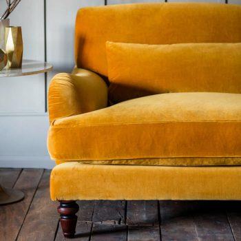 grand canapé jaune velours dans salon retro