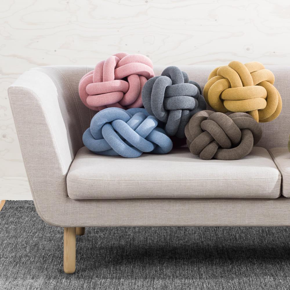 Photo canapé gris clair avec coussins