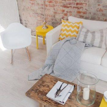 Une touche de jaune dans un salon aux couleurs pastel