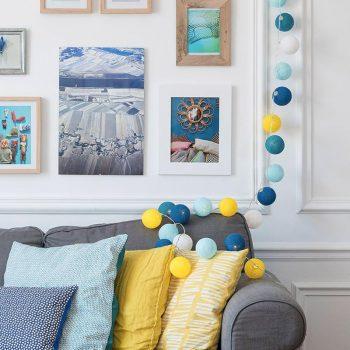 Décoration canapé bleu gris avec coussin jaune