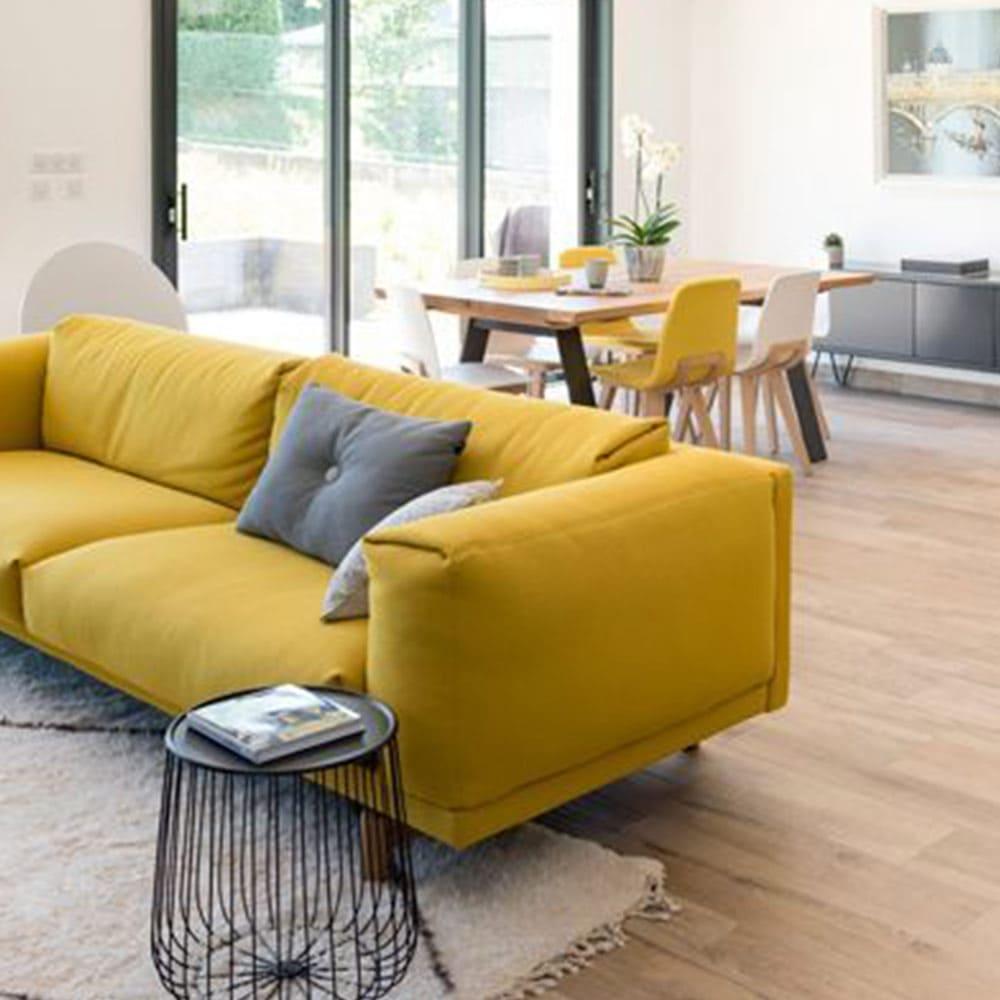 décoration de salon avec tapis blanc et canapé 3 places en tissu