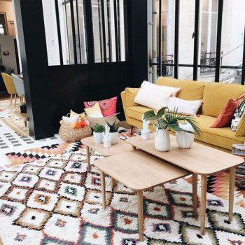 salon chic avec tapis géométrique